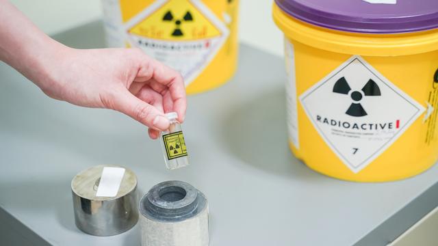 Nahaufnahme der offenen Blei-Box von Iod 131(I-131)Radioaktive Isotope zur Behandlung von einer Hyperthyreose oder eines differenzierten Schilddrüsenkarzinoms